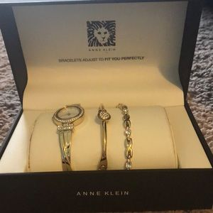 Gold colored watch set
